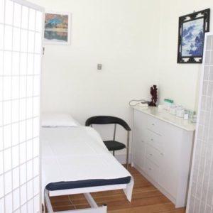 Behandlingsrum tre med afskærming og briks